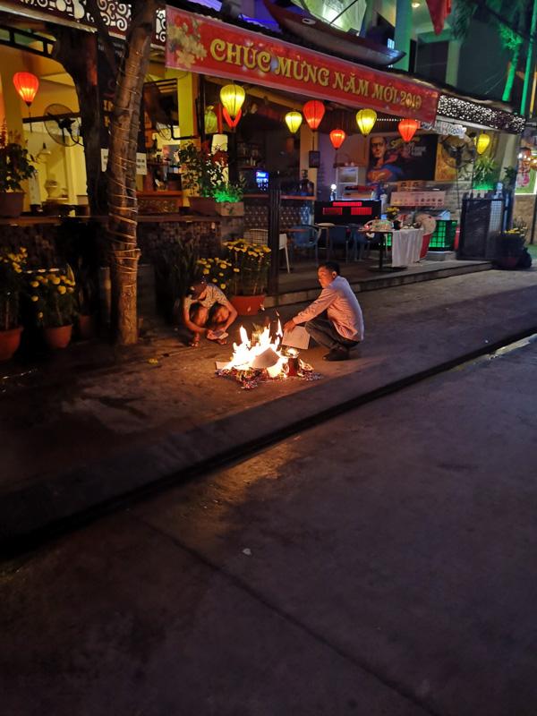 Menschen verbrennen Gaben zu Chinese New Year