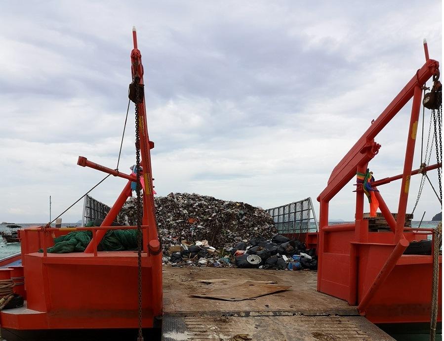 Müllschiff in Ko Lipe, Thailand